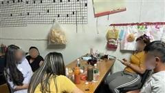 Tụ tập ăn nhậu trong nhà, 5 lao động nhập cư phát hoảng vì bị phạt nặng