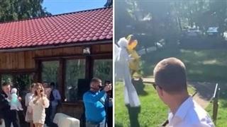 Bộ váy cưới 'quái dị' của cô dâu khiến quan khách sửng sốt