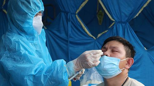Bình Định test nhanh hàng ngàn người liên quan 2 ca đầu tiên dương tính SARS-CoV-2