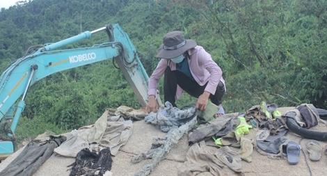 Tìm thấy nhiều vật dụng của các nạn nhân ở bãi bồi trên sông Rào Trăng