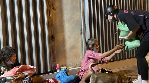 Nửa đêm, hoa hậu Trần Tiểu Vy lang thang ngoài phố tìm người nghèo