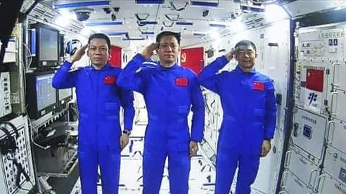 Phi hành gia Trung Quốc lần đầu tiên đi bộ ngoài không gian