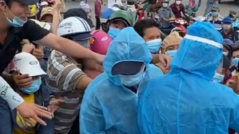 TP Hồ Chí Minh: Tiểu thương chợ đầu mối Bình Điền chen nhau lấy giấy xét nghiệm Covid-19