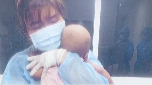 Rơi nước mắt nhìn cháu bé 11 tháng ung thư lại mắc thêm Covid-19 phải xa mẹ vì chuyển nơi điều trị