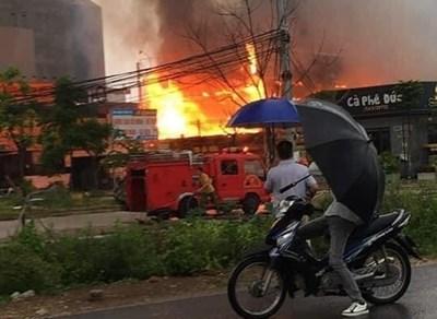 Bắc Giang: Cháy lớn thiêu rụi 3 nhà hàng ở huyện Việt Yên