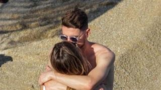 Jorginho hôn bạn gái xinh đẹp ngoài biển