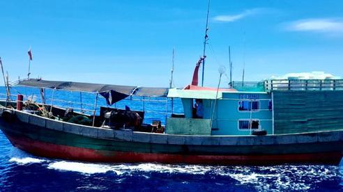 Quảng Bình xua đuổi 2 tàu cá Trung Quốc xâm phạm vùng biển Việt Nam