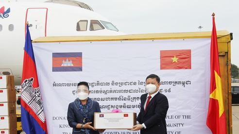 Campuchia trao tặng TPHCM kinh phí và vật tư y tế phòng chống dịch Covid-19