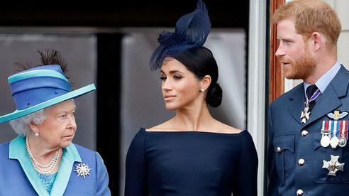 Dân mạng bức xúc trước thái độ thiếu tôn trọng Nữ hoàng Anh của Hoàng tử Harry