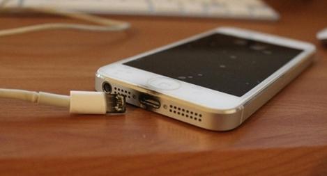 Cháu bé tử vong do sử dụng điện thoại đang sạc pin