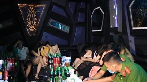44 nam nữ hư hỏng trong phòng VIP của quán Phố Núi