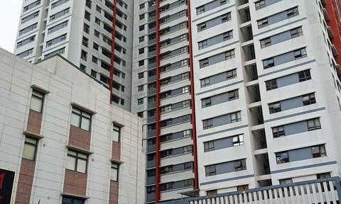 Bé trai 3 tuổi chui qua rào sắt rớt từ tầng 6 chung cư, tử vong thương tâm