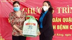 Công an An Giang và Liên đoàn Lao động Cần Thơ trao 900 phần quà cho người dân