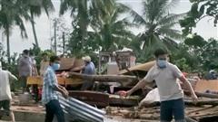 Lốc xoáy làm sập và tốc mái 75 căn nhà, một người tử vong ở Vĩnh Long