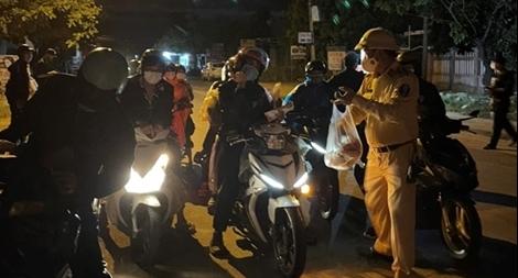 CSGT Đà Nẵng hỗ trợ đoàn xe máy gần 100 người từ TP Hồ Chí Minh về quê tránh dịch