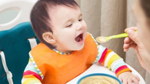 Nêm muối vào đồ ăn cho trẻ thế nào cho hợp lý?