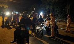 Công an xuyên đêm hỗ trợ hàng trăm người chạy xe máy từ miền Nam về quê