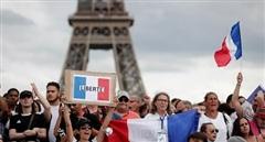 Pháp: Hàng trăm nghìn người biểu tình phản đối 'thẻ thông hành' COVID-19