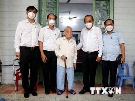 PTT Trương Hòa Bình thăm, tặng quà gia đình chính sách, người có công