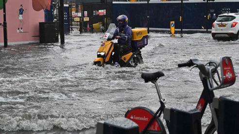 Mưa bão tràn vào London, gây ngập lụt nhiều nơi