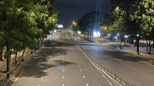 Sài Gòn không một bóng xe ngày đầu áp dụng 'ở nhà sau 18h'