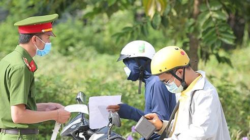 Phường đầu tiên ở Hà Nội phát phiếu theo dõi lịch trình đi lại cho các hộ dân
