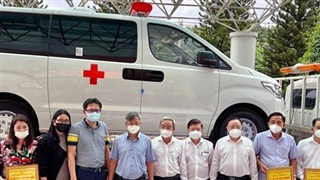 Tiếp nhận ba xe cứu thương phòng, chống dịch Covid-19