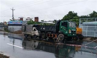 Xe tải tông đuôi xe ben đậu ven đường, 2 người thương vong