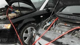 Cách 'hồi sinh' ắc quy ô tô hết điện cực đơn giản, phụ nữ cũng làm được