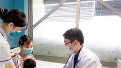 Bé gái 22 tuổi suy hô hấp, rò khí quản vì nuốt pin đồ chơi