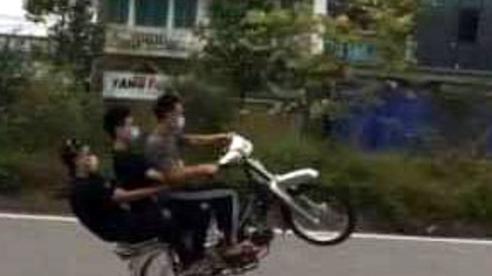3 nam thanh niên ngổ ngáo không đội mũ bảo hiểm còn bốc đầu xe 'diễn xiếc'