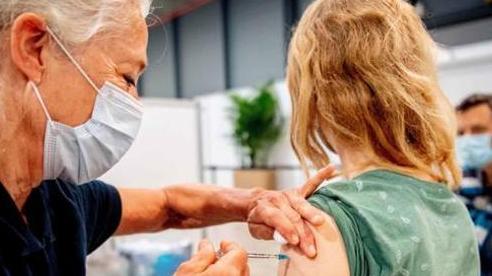 Nhiều nước chạy đua tăng số người tiêm vắc-xin Covid-19 ngăn biến chủng Delta