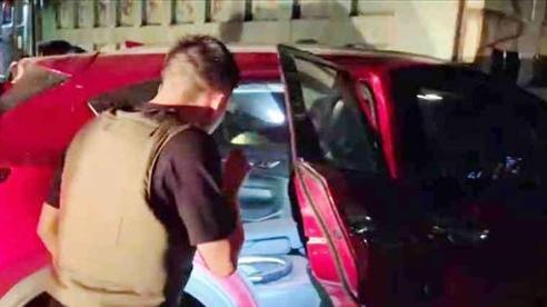 CLIP NGHẸT THỞ: Hàng chục cảnh sát vây bắt ô tô chở ma túy và vũ khí nóng như phim hành động