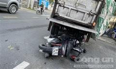 TP.Thủ Đức: Tông vào xe rác, người đi xe máy ngã xuống tử nạn