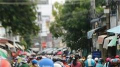 Người dân TP Phan Thiết đổ xô mua sắm trước giờ thực hiện giãn cách xã hội theo Chỉ thị 16