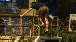 Hà Nội: Xử phạt 2 người trèo tường ra khỏi khu phong toả