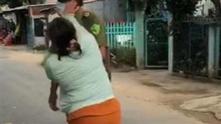 Chồng bị lập biên bản vi phạm giãn cách, vợ xông vào đánh công an viên