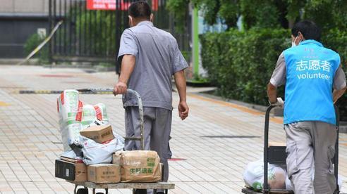 Trung Quốc: Covid-19 leo thang, bão lớn sắp đổ bộ