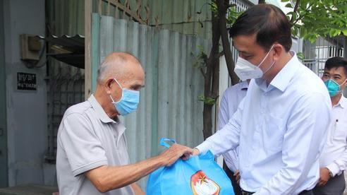 Phó Chủ tịch UBND TPHCM Lê Hòa Bình thăm, tặng quà các 'vùng xanh' tại huyện Bình Chánh