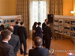 Các quan chức Triều Tiên tham dự triển lãm ảnh của Đại sứ quán Nga