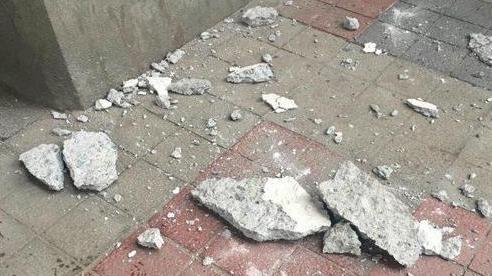 Thoát cửa tử trong tích tắc khi tấm bê tông trên cao suýt rơi trúng đầu