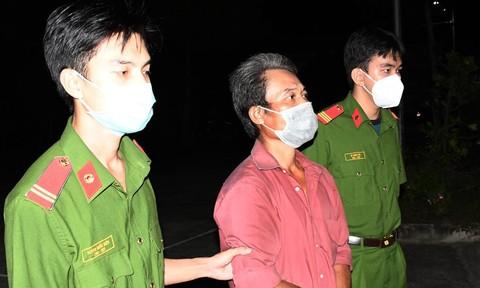 Bị mời ra khỏi bệnh viện vì gây rối, 2 anh em lao vào đánh cán bộ Công an