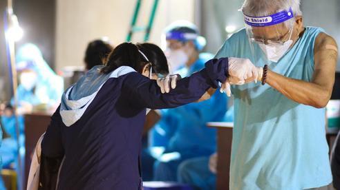 Dìu người thân trên 65 tuổi đi tiêm vaccine COVID-19 ở TP.HCM