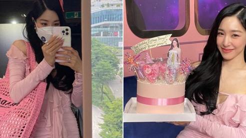 Tiffany (SNSD) diện váy 'nùi giẻ', đeo túi hiệu như đi chợ nhưng body căng đét ở tuổi 32 khiến netizen đứng hình