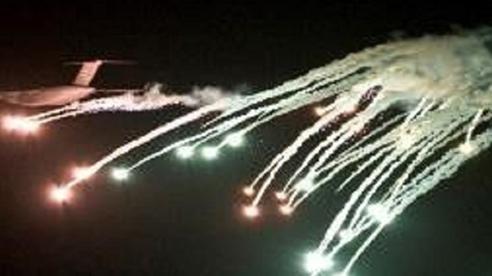 Trực thăng, máy bay Mỹ mang pháo sáng phòng bị tấn công