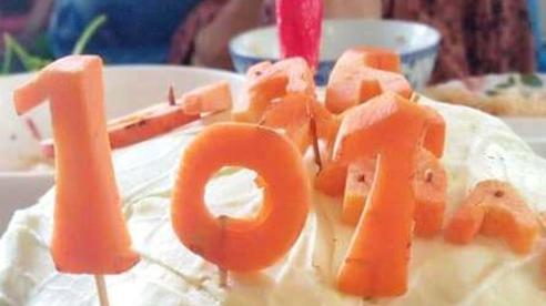 Con rể 71 tuổi dùng bắp cải làm bánh sinh nhật tặng mẹ vợ 101 tuổi trong khu cách ly