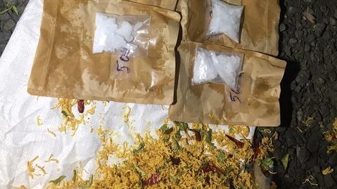 Lợi dụng dịch Covid-19, một thanh niên 'ém' nửa ký ma túy vào gói khô gà đi bán