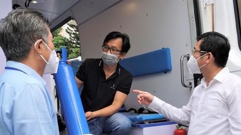 Bệnh viện quận Tân Phú được trao tặng 2 xe cứu thương hiện đại