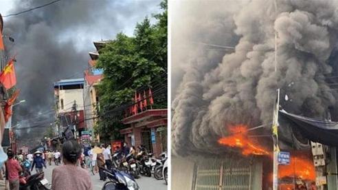 Huy động công an hai huyện Thanh Oai và Ứng Hòa dập tắt đám cháy tại chợ Vác