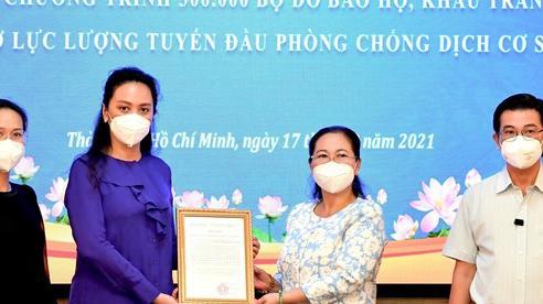 HĐND TPHCM tiếp nhận 200.000 bộ đồ bảo hộ, khẩu trang y tế